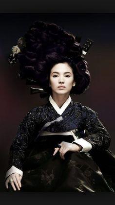 """황진이 Hwangjinyi 송혜교 Song hye kyo    Hwang Jin Yi(Hangul:황진이) is a 2007South Koreanbiographicaldrama filmdirected byChang Yoon-hyun. Based onHong Seok-jung's2002 novelHwangjini(which won theManhae Prizefor Literature in 2004), the film is about the life ofHwang Jin-yi, the most famous courtesan (or """"gisaeng"""") in Korean history, starringSong Hye-kyoin the title role"""