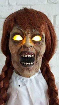 Creepy Carlotta Horror Mädchen Puppe stehend 0,8 Meter Sound und Leuchtaugen: Amazon.de: Spielzeug