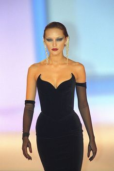 View and license Thierry Mugler pictures & news photos from Getty Images. 2000s Fashion, Look Fashion, High Fashion, Fashion Show, Fashion Design, Fashion Women, Couture Fashion, Runway Fashion, Fashion Trends