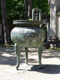 #Urne #funéraire de #bronze, copie des urnes du Palais impérial de Hue au Vietnam, #Jardin d'Agronomie Tropicale, #Paris #12ème arr.