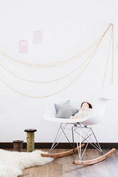 Une Chambre De Fille Pastel Eames Bascule Et Hirondelle - Canapé convertible scandinave pour noël site déco chambre bébé