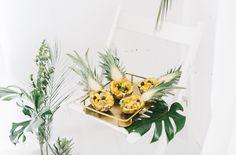 """Candybar Dekoration zum Thema """"tropical summer night"""" mit Ananas, Philodendron…"""
