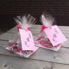 Morgen is het juffendag bij het KDV alle juffen vieren dan hun verjaardag en de mama's en de kindjes maken wat om te smullen. Wij hebben deze Van HARTE (hartjes) bonbons gemaakt.