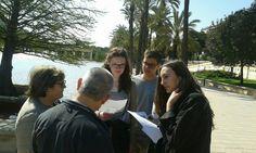 Alumnos durante una de nuestras actividades de comunicación en las bellas calles de #Valencia. #AprenderEspañol