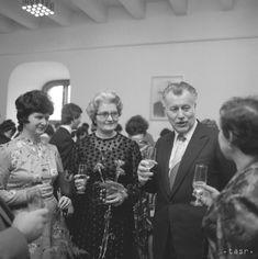 FOTOGRAFIE: Pozrite si, ako sa oslavoval sviatok MDŽ v minulosti - Slovensko - TERAZ.sk Couple Photos, Couples, Couple Shots, Couple Photography, Couple, Couple Pictures