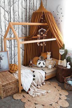 Un lit cabane pour la chambre des kids Warm tones – natural wood and earthy elements in this cosy, chic kids bedroom Baby Bedroom, Girls Bedroom, Master Bedroom, Room Baby, Kid Bedrooms, Bedroom Brown, Bedroom Black, Boy Rooms, Nursery Room