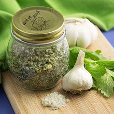 Home-made Garlic and Celery Salt - http://www.jellypin.com/home-made-garlic-and-celery-salt/