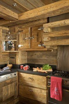 Pour donner toute son originalité à la cuisine, les portes de placard ont été imaginées à partir d'anciennes portes de réfrigérateur. Tasses, Sabre.