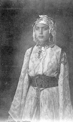 Moroccan Jewelry, Muslim Wedding Dresses, Moroccan Caftan, Historical Clothing, Islamic Clothing, Historical Photos, North Africa, African Women, Traditional Outfits