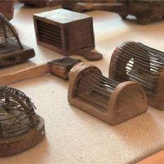 Antieke kooitjes voor een bijenkoningin