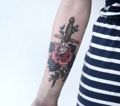 Rose mit einem Dolch durchgestochen auf dem Unterarm tätowiert
