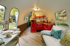庭のウッドデッキの脇に置かれたロングボディのキャンピングトレーラーAIRSTREAMのリビング・ダイニング・キッチン Airstream Interior, Vintage Airstream, Rv Campers, Camper Ideas, Kitchen Cabinets, Kitchen Cabinetry, Kitchen Base Cabinets, Dressers