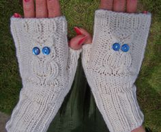 These fingerless mittens are made with 100% lamb wool. It's very soft and warm.  Size: M  These mittens are good for cool weather and you will not loo