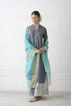 Silk suits have their own grace Wonderful Pakistani Dresses, Indian Dresses, Indian Outfits, Indian Attire, Indian Wear, Ethnic Fashion, Indian Fashion, Hippy Chic, Desi Clothes