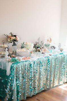 Sweet table pour un thème d'anniversaire aquatique : coquillages, étoiles de mer, crustacés, poissons. Toute la décoration et la vaisselle à retrouver sur www.rosecaramelle.fr #mermaid #sirene #deco #fete #party #anniversaire #birthday #kids #enfants #table #enfants #mer:
