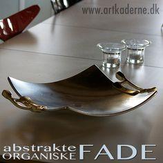 Smukt organisk og abstrakt #metalfad i aluminium fra #DavidMarshallDesign - håndtag er i messing Se det store program af #fade, dishes, skåle, bowls, #serveringsbakker, #Trays mm. på www.artkaderne.dk/Fade
