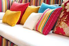 Almofadas coloridas - Como escolher 8 Mas afinal de contas como escolher as suas almofadas coloridas? Dentre tantas opções formatos e tamanhos, como deveríamos escolher a almofada perfeita para compor a identidade e decoração de sua sala