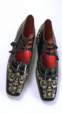 Italian Deco shoes - 1920's - Patent leather, grosgrain, lined with leather, polished wood  - Victoria and Albert Museum Collection, London