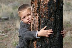 Resultados de la Búsqueda de imágenes de Google de http://us.123rf.com/400wm/400/400/vanell/vanell1004/vanell100400072/6792418-nino-pequeno-abrazando-a-un-arbol-en-el-bosque.jpg