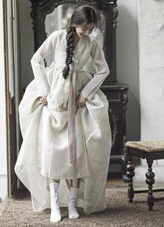 Korean Clothing Styles The Beige Blouse Korean Traditional Clothes, Traditional Fashion, Traditional Dresses, Korean Dress, Korean Outfits, Oriental Fashion, Asian Fashion, Hanbok Wedding, Modern Hanbok