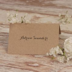This vintage rustic place card is printed on a thick, Italian card.  - Card size: 130 x 104mm - Material: Kraft Paper (300 gsm); - Items: Place Card - Minimum order quantity: 30 - Additional charges: Thermography or raised ink (£25.00), Delivery (location-dependent), personalisation with guests name (£0.30 each) - Please be aware that sample delivery takes 1-2 weeks. We offer a wide variety of papers and fonts so if you dont find your colour in the options in the pictures, please contact…