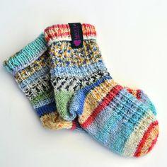 Der Kindersocken mit Fersen, tollem Muster und frechen Farben...  LUAN   SOX Sock Shoes, Socks, Design, Fashion, Amazing, Colors, Breien, Patterns, Moda