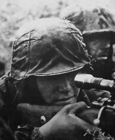 A Waffen-SS sniper and his spotter. German Soldiers Ww2, German Army, American Soldiers, Ww2 Pictures, Historical Pictures, Ww2 Photos, Foto Portrait, Germany Ww2, German Uniforms