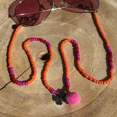 Trendy brillenkoorden Uniek & Handgemaakt – HAIRPIN.NU #sunglasscord #eyeglassholder #sunnycord #brillenkoord #sunglassesfashion #summerfashion #brilketting Hair Pins, Seed Beads, Eyeglasses, Eyewear, Macrame, Beaded Bracelets, Indian, Jewellery, Chain