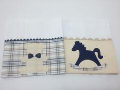 Kit com duas fraldas. Fralda dupla com barrado em tricoline 100 % algodão e aplicação em tecido. ** Verificar disponibilidade do tecido ** Tamanho aproximado. 0,35 x 0,40 cm
