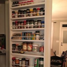 Spice rack mounted on the door, pantry door mounted spice racks make the most use of unused space. Spice Rack Plans, Spice Rack Uses, Spice Storage, Spice Organization, Spice Racks, Organizing, Organization Hacks, Spice Rack On Pantry Door, Pantry Door Storage