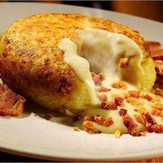 Ingredientes: 04 batatas médias 300g de bacon picados e fritos 01 vidro de requeijão cremoso 200g de queijo parmesão Modo de Preparo: Enrole as batatas em papel alumínio e leve ao forno por 1hora. Retire as batatas do forno, e desembrulhe as batatas. Com uma colher de sopa, cave um buraco em cada batata para …