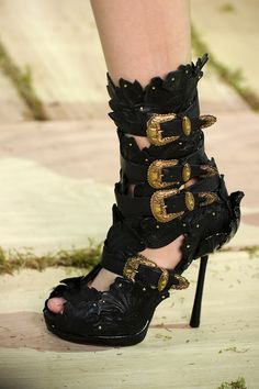 Alexander McQueen Spring 2011 RTW - Details - Fashion Week - Runway, Fashion Shows and Collections - Vogue