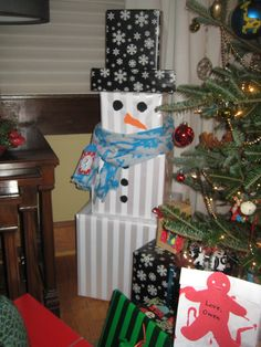 Snowman gift tower. Christmas gift wrap. Could b used for when Elf leaves them presents on the last day ( Christmas Eve)