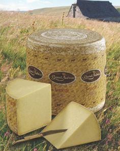 El queso de Aubrac es mundialmente reconocido por su finura y exquisitez. Es ideal para estos hermosos días de verano. No olvide su cuchillo Laguiole que puede encontrar en http://laguiole.es/ #laguiole #laguiole_es #laguioleespaña #queso #exquisito