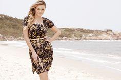 Que tal conferirmos mais um look da coleção alto verão 2013 da Clara Rosa? Os vestidos floridos com fundo escuro são uma forte tendência da estação. Para arrematar o visual, invista em cintos finos, que são uma graça!
