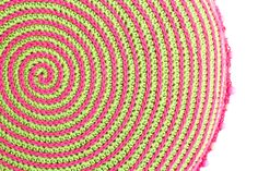 VERY simple step by step tutorial to make this spiral cushion.  Excellent tutorial. According to Matt...: Spiral Cushion