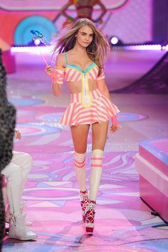 Resultados de la Búsqueda de imágenes de Google de http://3.bp.blogspot.com/-tW2G3wTlsHI/UJz7ip3wmQI/AAAAAAAAETQ/N1oYhoVxJHI/s1600/Cara_Delevingne_Victorias_Secret_Fashion_Show_in_NY_November_7_2012_007-11082012150453000000.jpg