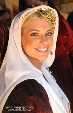 *GREECE ~ Gorgeous Greek woman in traditional clothes. Greek Traditional Dress, Traditional Outfits, Beautiful People, Most Beautiful, Greek Beauty, Costumes Around The World, Art Populaire, Greek Culture, Folk Costume
