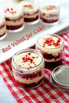 Velvet Cake in a Jar - Typical red velvet cake with cream cheese frosting arranged in layers in pretty mason jars.Red Velvet Cake in a Jar - Typical red velvet cake with cream cheese frosting arranged in layers in pretty mason jars. Mason Jar Deserts, Mason Jar Cakes, Mason Jar Meals, Meals In A Jar, Cupcake Mason Jars, Mini Mason Jars, Dessert Simple, Dessert In A Jar, Dessert Food