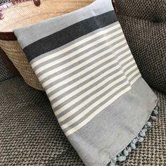 Fouta tunisienne pompons - ADGArt Lavender Bags, Weaving Projects, Fibre Art, Turkish Towels, Bath Accessories, Kitchen Towels, Geometry, Hand Weaving, Bedding