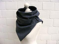 **Angesagter Wickelschal für die kalte Jahreszeit**  Der Schal wird 2 x um den Hals geschlungen und an der Seite mit einem Hübschen Knopf Verschluss geschlossen. Außen ist er aus einem wärmenden...