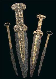 Скифские железные акинаки и ножи с золотым напылением. 6-5 век до н.э. из кургана Аржан - 2, скифский царский некрополь в Туве, Южная Сибирь.