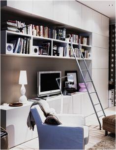 Ikea Besta pour mur du fond intégrant la TV. Bibliothèque intégrée et rangement jusqu'au plafond. Lampe