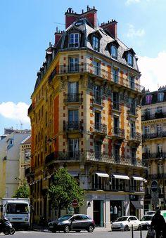 Paris II - Immeuble triangulaire, carrefour de trois rues : 32 rue d'Argout, 46 rue Etienne-Marcel et rue du Louvre.