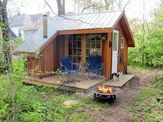 Really cute backyard shed that could be a tiny cottage. Really cute backyard shed that could be a tiny cottage. Tiny Cabins, Tiny House Cabin, Cabins And Cottages, Tiny House Living, Little Cabin, Little Houses, Tiny Houses, Guest Houses, Plan Chalet