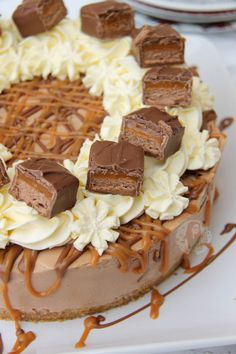 A Delicious, Easy, and No-Bake Mars Bar Cheesecake full of Mars Bar goodness. Chocolate & Caramel Cheesecake Filling, Chunks of Mars Bar, and even more yum! I wasn't sure where to start w… No Bake Cheesecake Filling, Cheesecake Desserts, Pumpkin Cheesecake, Dessert Recipes, Strawberry Cheesecake, Caramac Cheesecake, Chocolate Caramel Cheesecake, Cheesecakes, Pastries