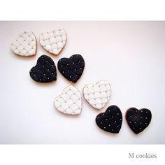 #mcookies #cookies #presente #personalizado #bolachinha #encomenda #feitoemcuritiba #feitoamão #biscoitos #curitiba #lembrancinha #coracao #heart #handmade #pretoebranco #vintage