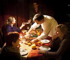 Les Français fidèles à leurs trois repas par jour. C'est une exception en Europe : à 13 heures, la moitié des Français sont à table. Un synchronisme rare, qui reflète les habitudes alimentaires dans l'Hexagone. «Malgré les facilités croissantes pour s'alimenter à toute heure, le quotidien des Français reste rythmé par les trois repas traditionnels», relève ainsi l'Insee dans son enquête sur « le temps d'alimentation en France », publiée le vendredi 12 octobre.