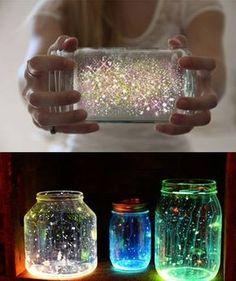 DIY Comment avoir une Lampe féerique? Tadammmmm Tout facile comme j'aime! Il te faut: – Un pot Masson avec couvercle – Un bâton lumineux (glowstick) non-toxique – Des brilla…
