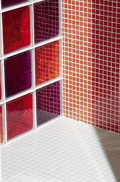 Salle de bains briques de verre rouges